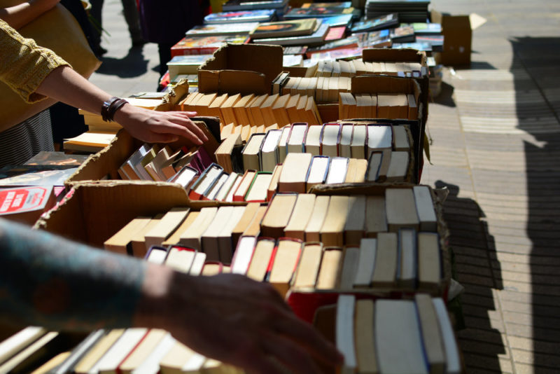 people-browsing-books_how-to-hold-a-successful-garage-sale.jpg
